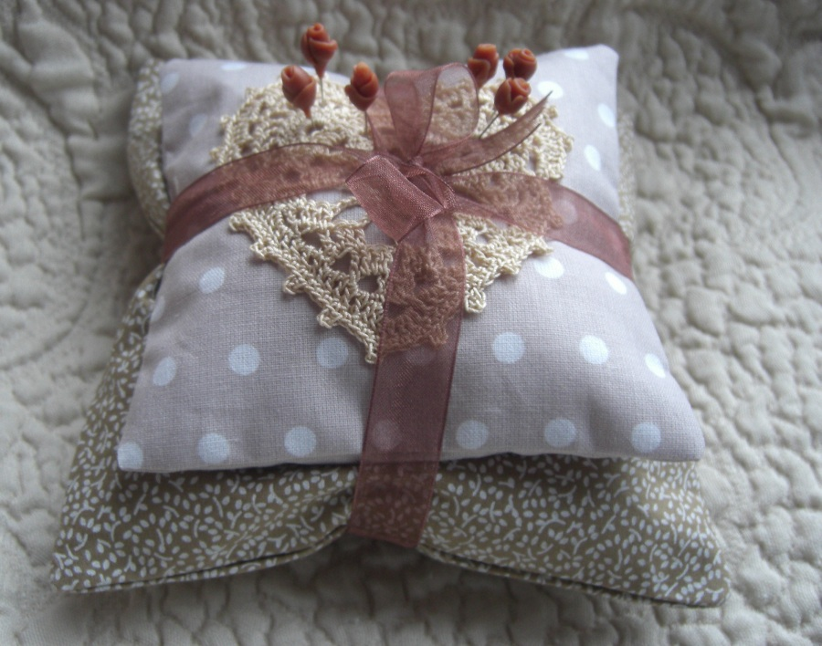 http://auboutdesdoigts.free.fr/crochet/coussin_50ansb.JPG